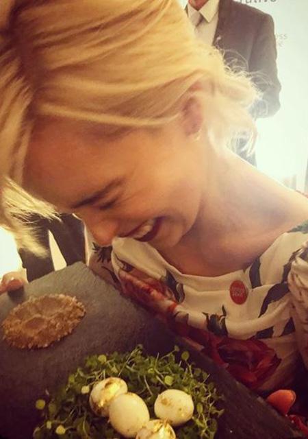Эмилия Кларк на приеме в Кенсингтонском дворце нашла драконьи яица! Фото