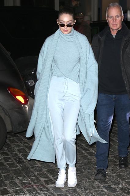 Джиджи Хадид пленила лаконичным нарядом в нежно-голубой гамме. Фото