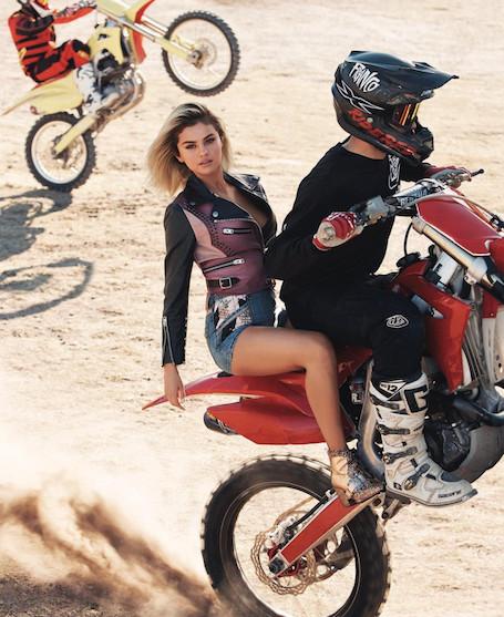 Селена Гомес в микрошортах и косухе прокатилась на горном мотоцикле! Фото