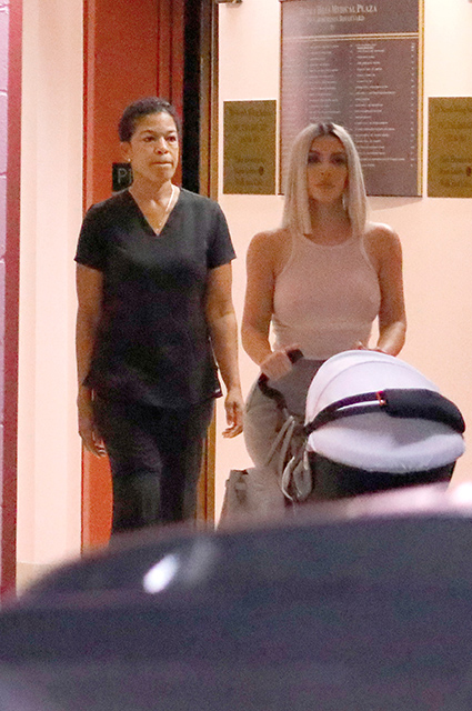 Ким Кардашьян даже на прогулке с дочерью Чикаго впечатляет пышными формами! Фото