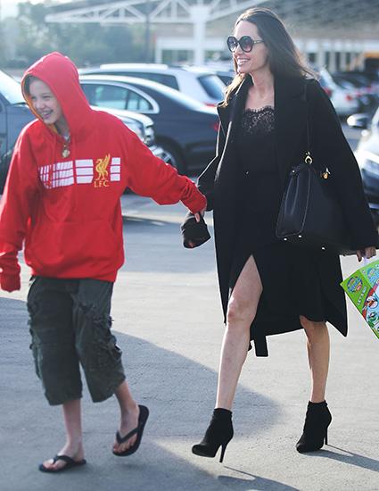 Анджелина Джоли вышла на прогулку в кружевном платье с разрезом и на шпильках! Фото