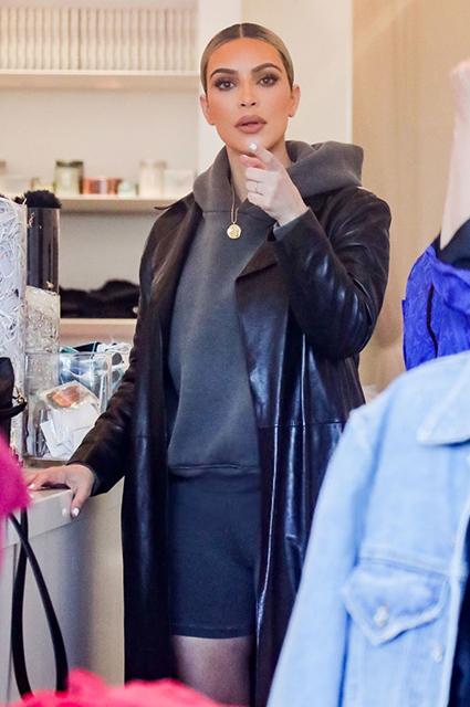 Черный плащ снова в деле: Ким Кардашьян удивила странным нарядом. Фото