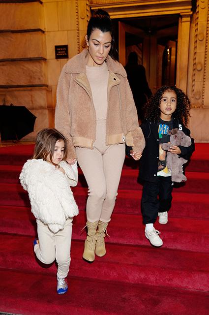 Ким Кардашьян сделала четырехлетней дочери химическую завивку волос? Фото