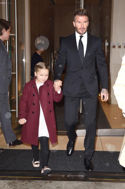 Дэвид Бекхэм с детьми поддержали Викторию Бекхэм на прощальном показе ее бренда. Фото
