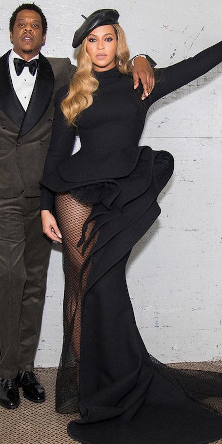 Кожаный берет и платье-сетка: Бейонсе ошеломила сногсшибательным нарядом. Фото