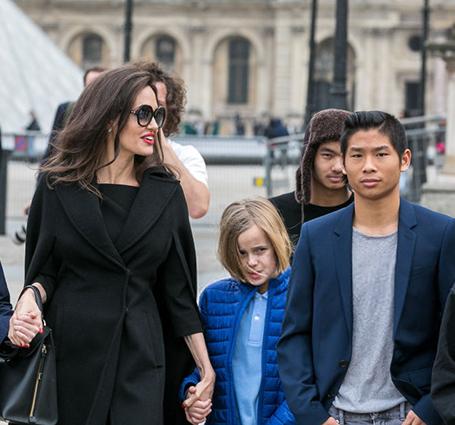 Идеальная леди: Анджелина Джоли сразила элегантностью на экскурсии в Лувр. Фото