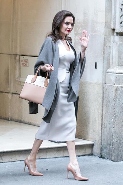 50 оттенков серого: Анджелина Джоли выбрала необычный наряд для деловой встречи. Фото