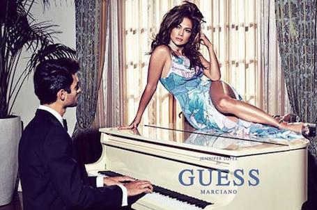 Дженнифер Лопес в дерзких платьях соблазняет мужчин для рекламы Guess. Фото