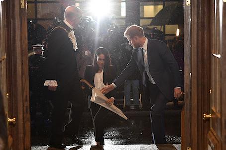 Меган Маркл нарушила королевский дресс-код и примерила мужской костюм! Фото