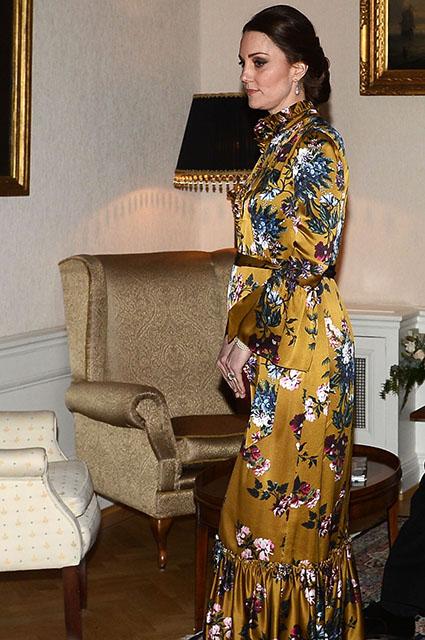 Кейт Миддлтон в шелковом платье цвета горчицы затмила всех на ужине в Швеции. Фото