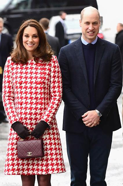 Червовая дама: беременная Кейт Миддлтон выбрала необычное пальто. Фото