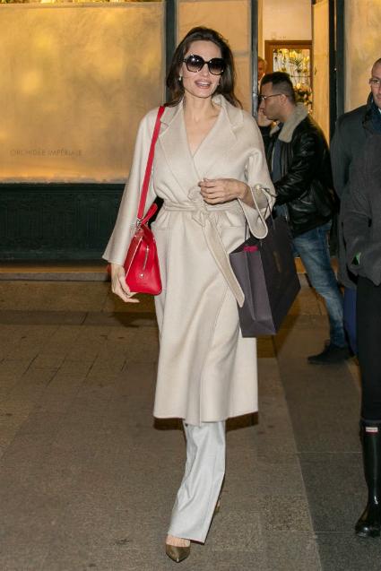 Анджелина Джоли в бежевом пальто и на шпильках очаровала весь Париж. Фото