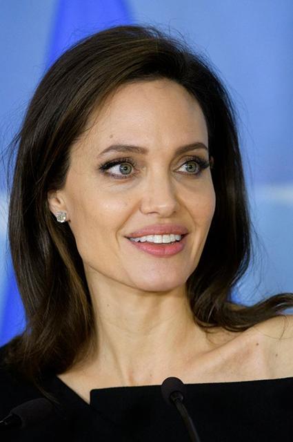 Анджелина Джоли выбрала игривое платье для визита в штаб-квартиру НАТО. Фото