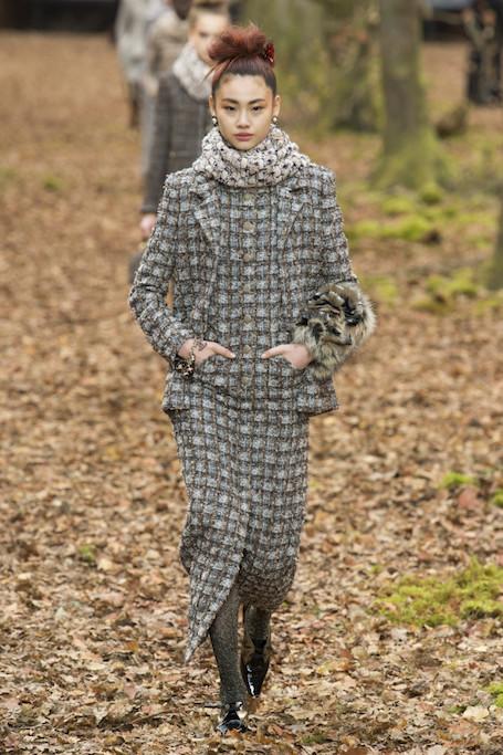 Неделя моды в Париже: осенний лес и магия на шоу Chanel. Фото