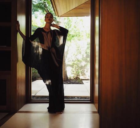 Рози Хантингтон-Уайтли позирует в прозрачном платье впервые после рождения сына. Фото