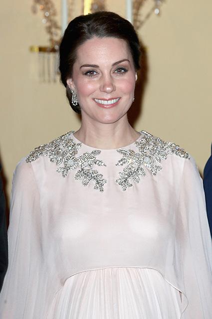 Кейт Миддлтон надела поистине королевское платье Alexander McQueen для раута в Осло