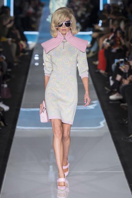 Неделя моды в Милане: космические ретро-стюардессы от Moschino. Фото
