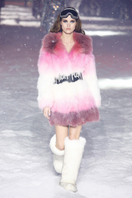 Philipp Plein в Нью-Йорке: Ирина Шейк прошлась по снегу под руку с роботом. Фото