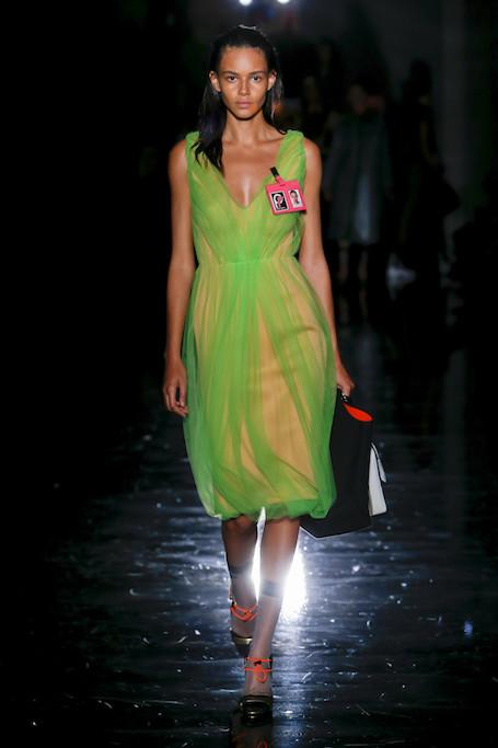 Неделя моды в Милане: неон и тьма в коллекции Prada. Фото