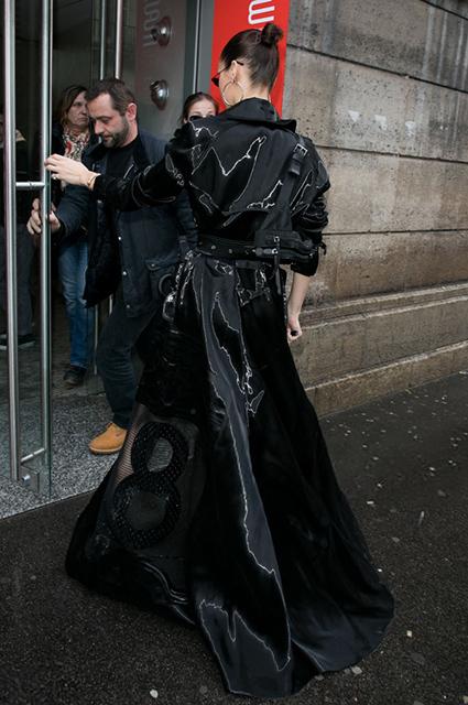 Леди-вамп: Белла Хадид повторила дерзкий образ Тринити из Матрицы. Фото