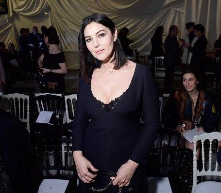Моника Беллуччи в маленьком черном платье похвасталась формами на показе Dior. Фото