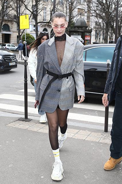 Сетка и пиджак: Белла Хадид возмутила на редкость сексуальным нарядом. Фото