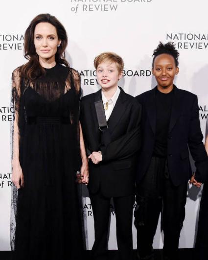 Анджелина Джоли в платье Valentino и с детьми стала хитом на NBR Awards. Фото