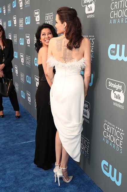 Анджелина Джоли в ретро-платье с бахромой впечатляет формами на Critics Choice Awards. Фото
