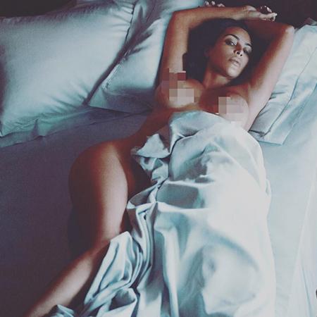Ким Кардашьян дразнит недоброжелателей откровенным селфи в одном бикини. Фото