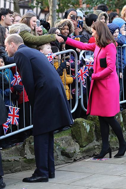 Беременная Кейт Миддлтон в пальто Mulberry цвета фуксии ошеломила всех. Фото