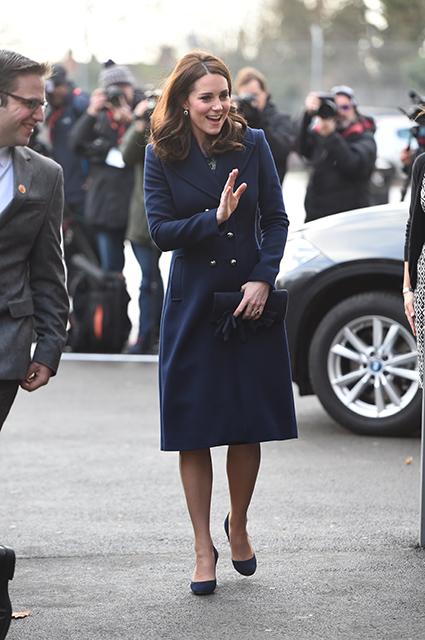 Беременная Кейт Миддлтон показала великолепное пальто в стиле морского милитари. Фото