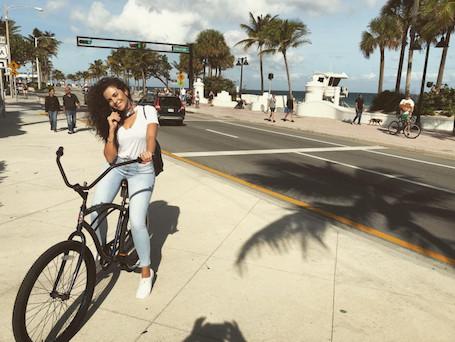 Настя Каменских покоряет Америку: певица показала, как она зажигает в Майами. Фото