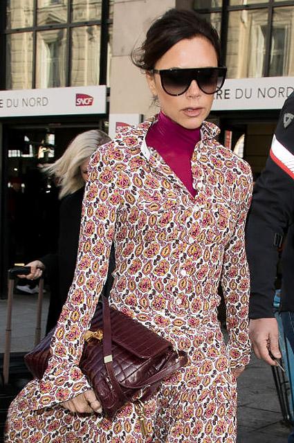 Виктория Бекхэм соблазняет Париж изысканным нарядом с орнаментом пейсли. Фото