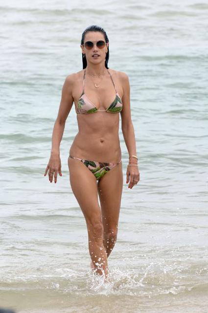 Алессандра Амбросио впечатляет изумительно стройной и красивой фигурой в бикини. Фото