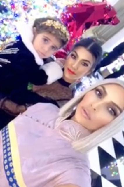 Ким Кардашьян появилась на семейном празднике в винтажном мини-платье Dior. Фото