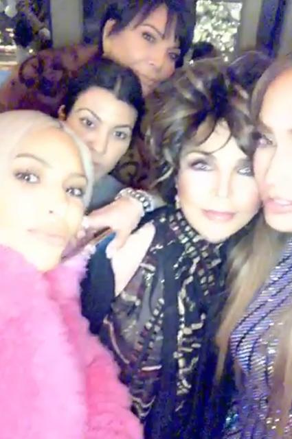 Ким Кардашьян в розовой шубе здорово повеселились на девичнике у Дженнифер Лопес! Фото