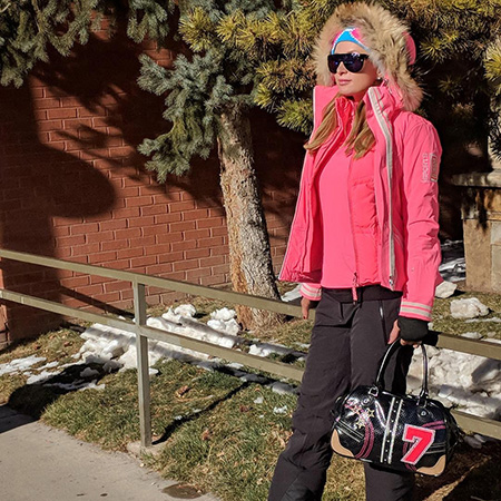 Пэрис Хилтон превратилась в куклу Барби ради прогулки на лыжах в Аспене. Фото