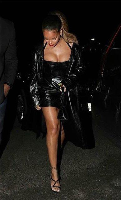 Рианна подчеркнула пышные формы дерзким мини-платьем из черной кожи. Фото