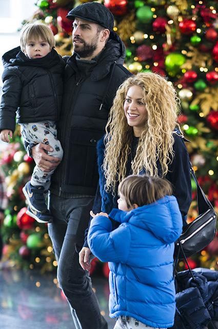 Шакира и Жерар Пике с детьми впервые были замечены вместе после слухов о разрыве. Фото