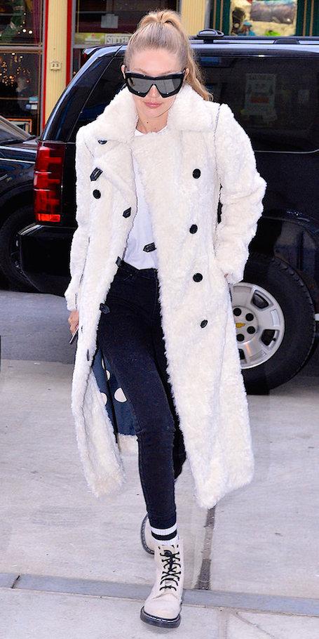 Плюшевое пальто и Dr. Martens — Джиджи Хадид вдохновляет новым модным образом! Фото