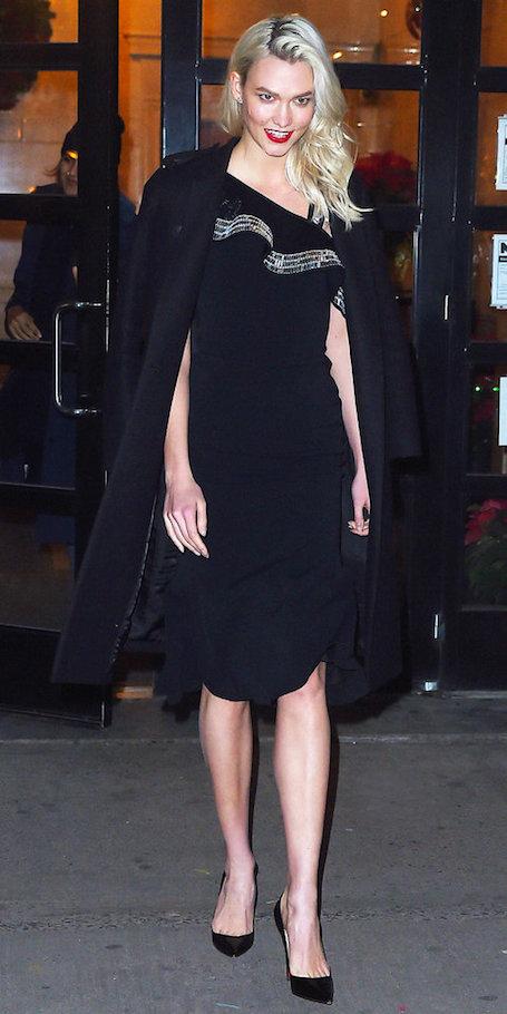 Карли Клосс в платье David Koma с оборками очаровала сексуальной фигурой. Фото