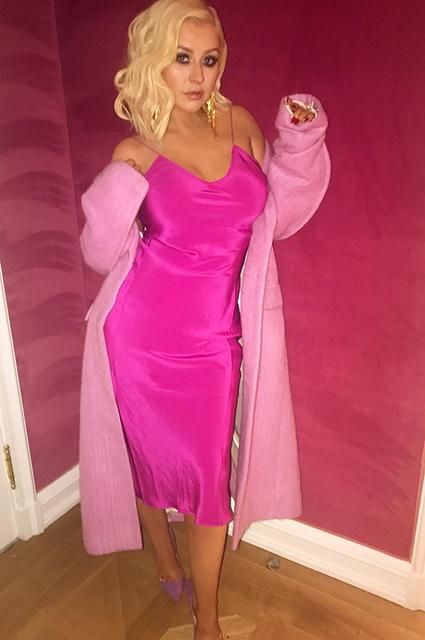 Кристина Агилера в ярко-розовом мини отпраздновала день рождения в кругу семьи. Фото
