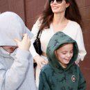 Путь джедая: Анджелина Джоли в белом мини-платье отправилась в кинотеатр. Фото