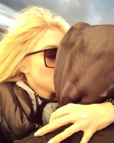 Эрика Герцег из ВИА Гры слилась в страстном поцелуе с неизвестным мужчиной. Фото