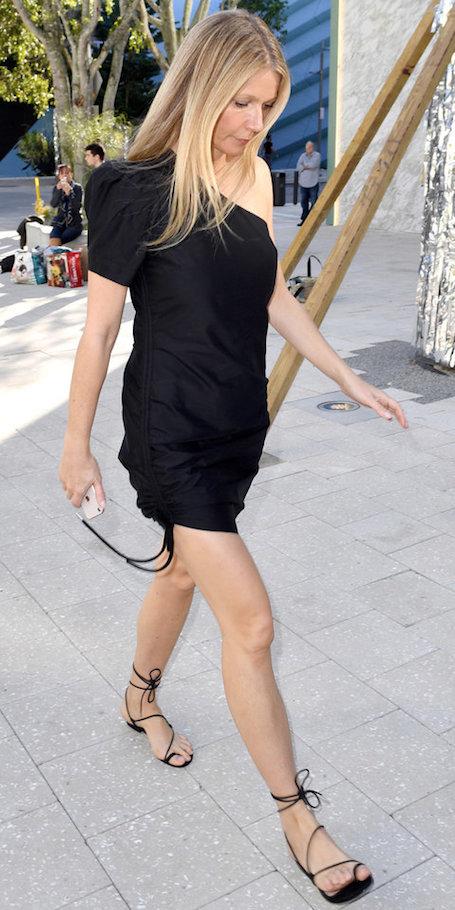 45-летняя Гвинет Пэлтроу подчеркнула длину ног сексуальным мини! Фото