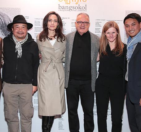 Анджелина Джоли в кожаном плаще посетила шоу в Бруклинской академии музыки. Фото