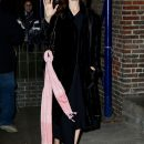 Анджелина Джоли в плюшевом пальто очаровала всех своей непосредственностью. Фото