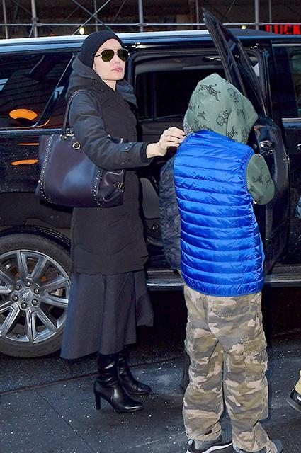 Анджелина Джоли даже в обычном пуховике и сапожках сексуальна и притягательна! Фото