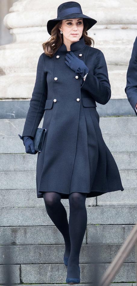 Беременная Кейт Миддлтон в шикарном пальто Carolina Herrera сразила наповал. Фото