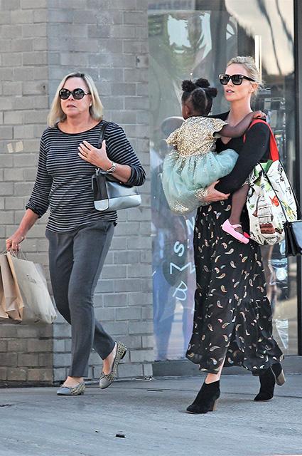 42-летняя Шарлиз Терон отправилась на шопинг с повзрослевшей дочерью и мамой! Фото